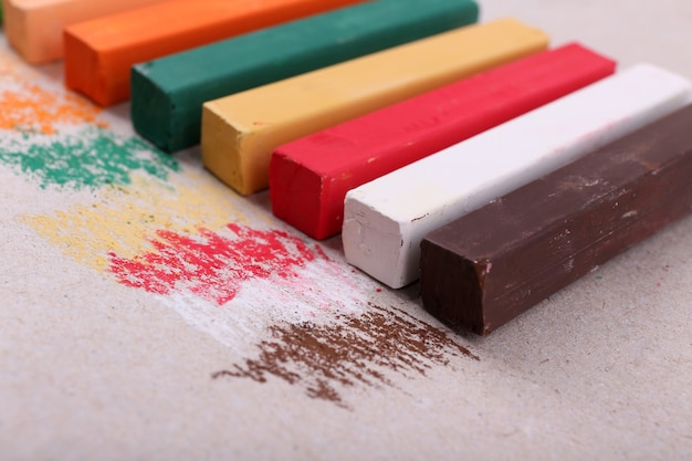 Bunte kreidepastelle auf farbpapier