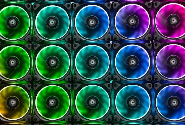 Bunte kühlventilatoren verhindern die hitze von großen grafikkarten und cpu-prozessoren