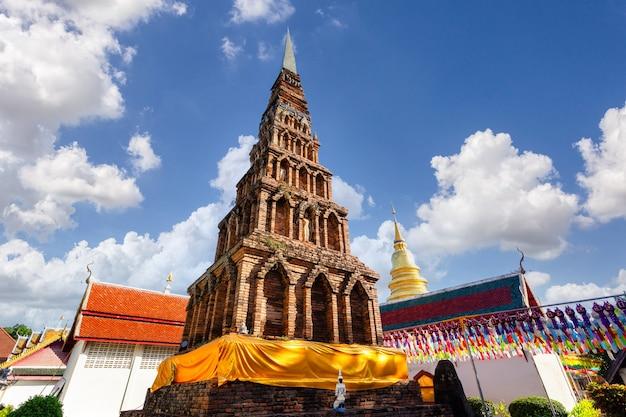 Bunte lampenfest und laterne in loi krathong im wat phra that hariphunchai, provinz lamphun, thailand