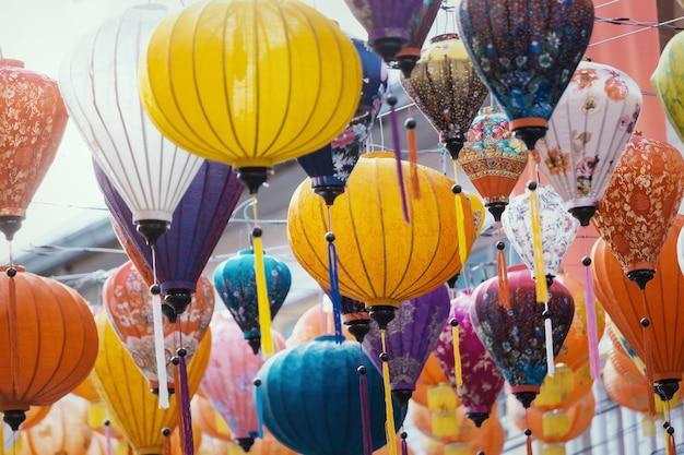 Bunte laternen während des laternenfestes, chinesische neujahrsdekorationen. vintage farbe getönt.