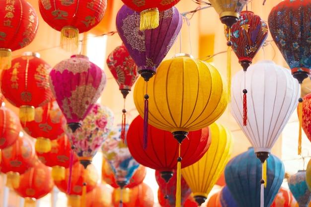 Bunte laternen während des laternenfestes, chinesische neujahrsdekorationen.