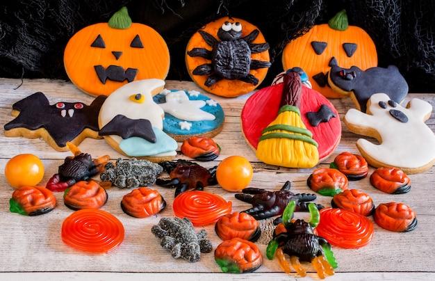 Bunte lebkuchenplätzchen für halloween
