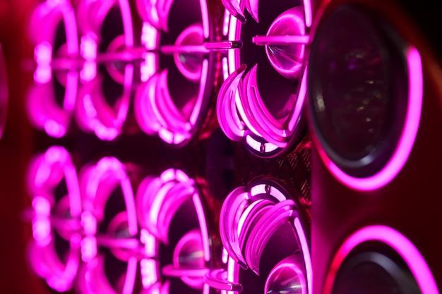 Bunte lichter der stereoanlage und der lautsprecher dekorativ auf dem auto