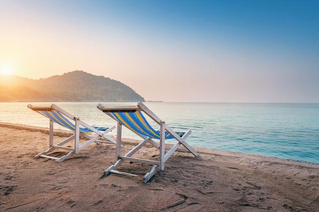 Bunte liegestühle am strand.
