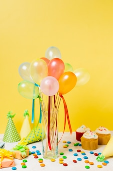 Bunte luftballons auf dem tisch