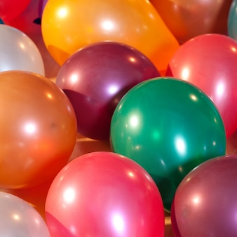 Bunte luftballons auf einer party