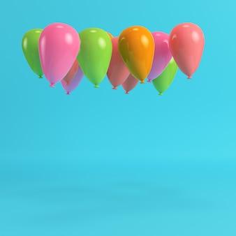 Bunte luftballons auf hellblauem hintergrund