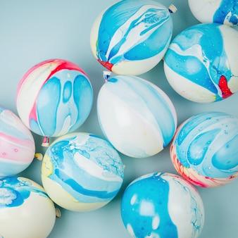 Bunte luftballons auf pastellfarbenem hintergrund. festliches oder geburtstagsfeierkonzept