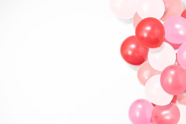 Bunte luftballons auf weißem hintergrund mit kopienraum, ballonhintergrund, glücklicher valentinstag, muttertag, flache lage, draufsicht