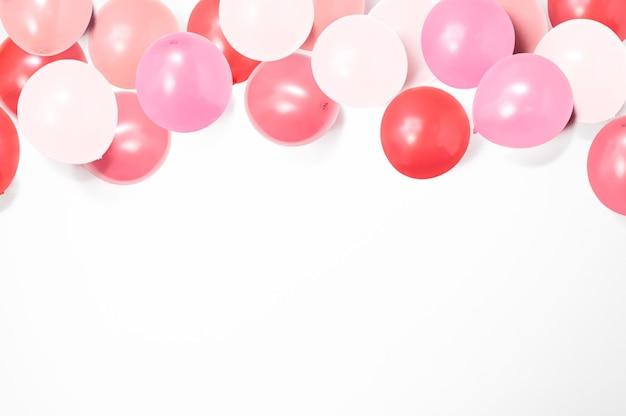 Bunte luftballons auf weißem hintergrund mit kopienraum, ballonhintergrund, liebesrahmen, glücklicher valentinstag, muttertag, flache lage, draufsicht