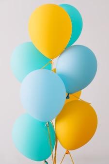 Bunte luftballons festlicher oder partyhintergrund geburtstagsgrußkarte konzept des glücks freude geburtstag textfreiraum