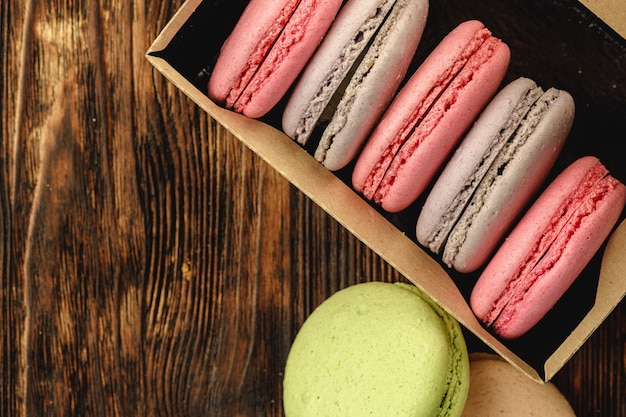 Bunte macaron-kekse in einem karton