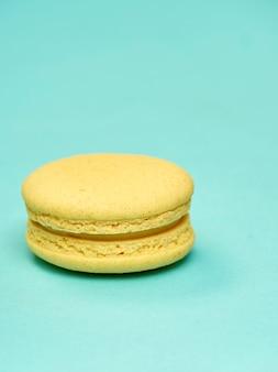 Bunte macarons auf einem blauen hintergrund