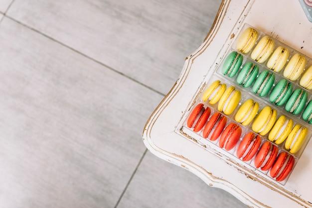 Bunte macarons auf einer tabelle