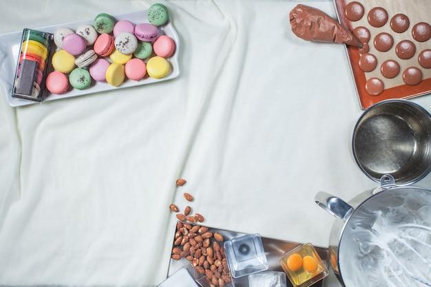 Bunte macarons-kuchen