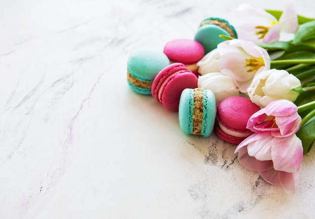Bunte makronen und tulpen