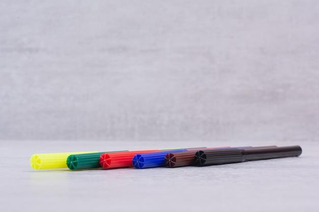 Bunte markierungsstift-set auf weißem tisch.