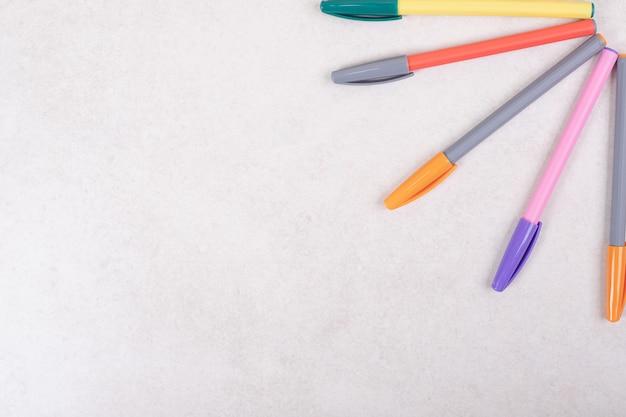 Bunte markierungsstifte auf weißem hintergrund