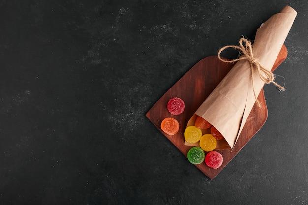 Bunte marmeladen aus einer papierumhüllung, draufsicht.