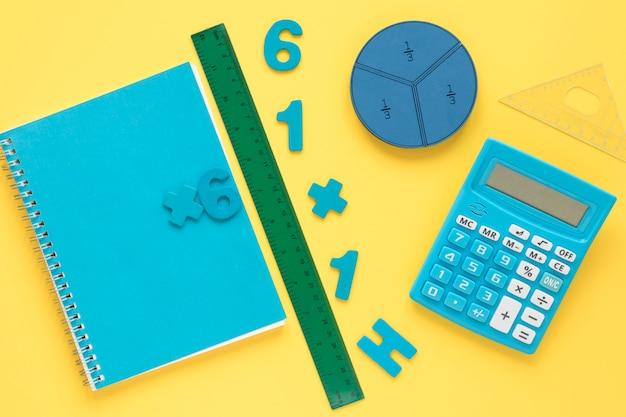 Bunte mathezahlen mit notizbuch und taschenrechner