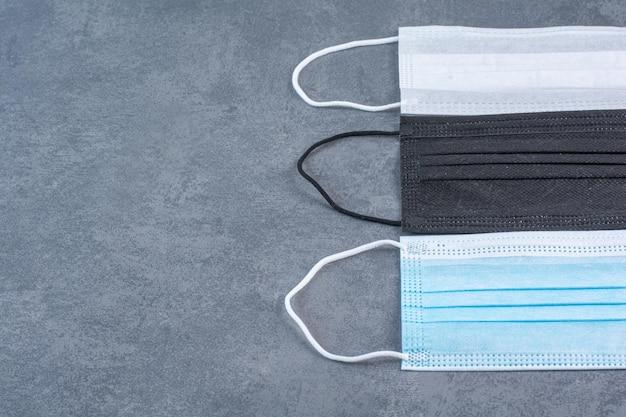 Bunte medizinische masken zum schutz vor koronaviren