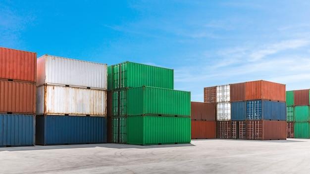 Bunte metallbehälter, die fracht im schifffahrtshafen für logistik-exportimportgeschäft stapeln