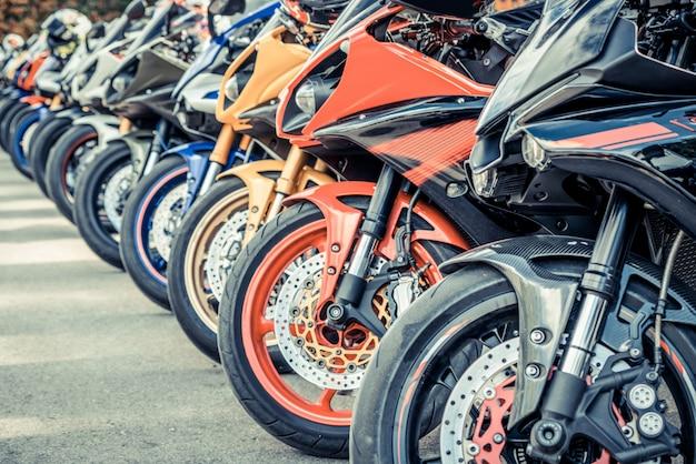 Bunte motorräder geparkt auf stadtstraße im sommer
