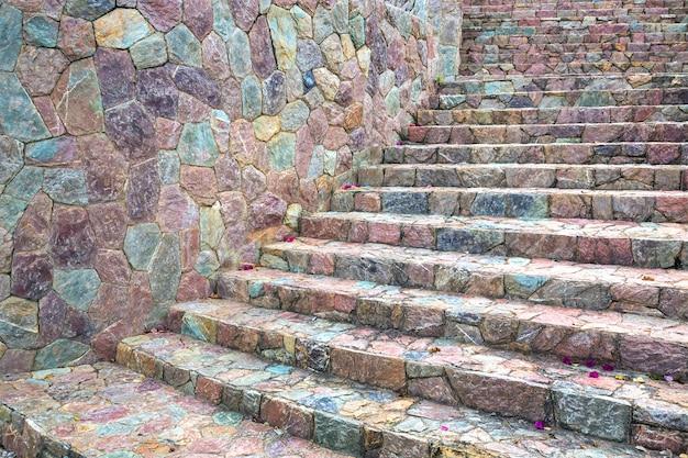 Bunte muster von treppen und wänden mit steinen verziert