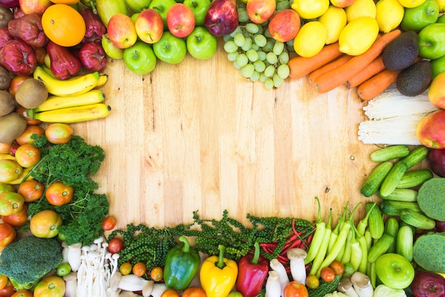 Bunte obst und gemüse auf plankenhintergrund