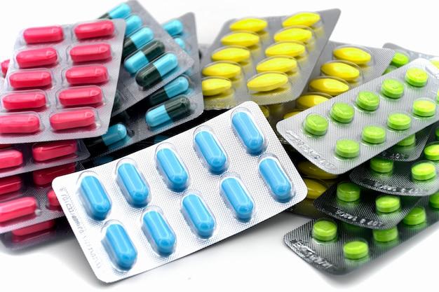 Bunte oralmedizindosierungsform in den streifen.