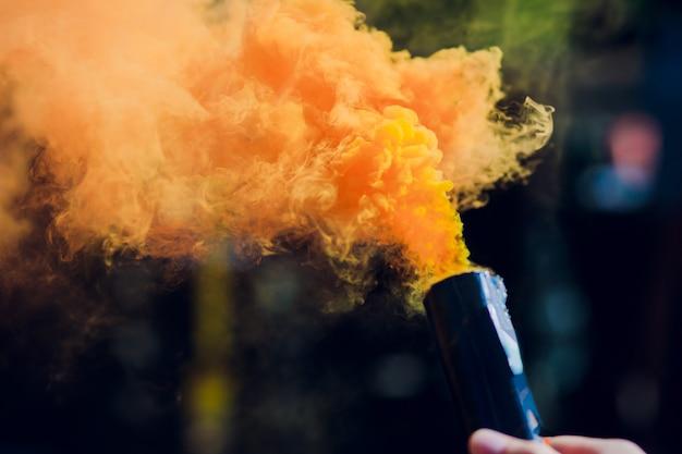 Bunte orenge rauchbomben in aktion
