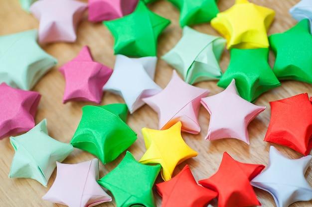 Bunte origami-glückssterne. nahansicht
