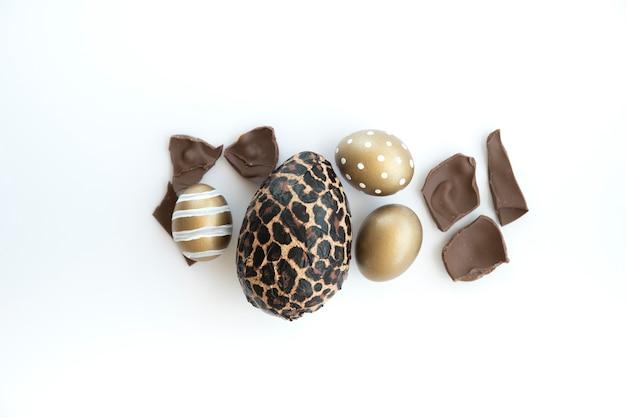Bunte ostereier mit schokoladenei auf tabelle