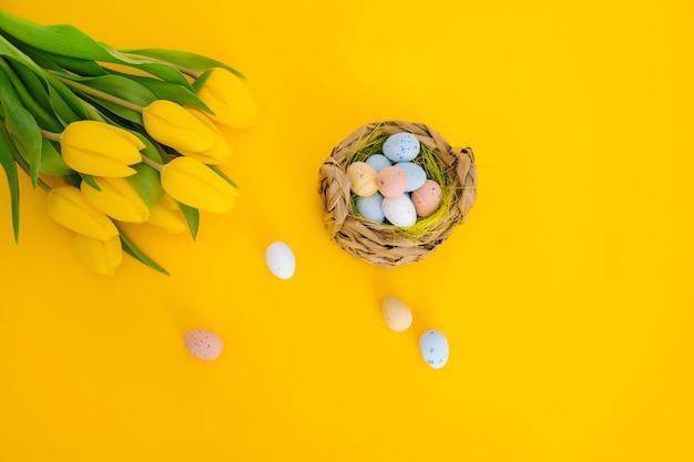 Bunte ostern bemalte gesprenkelte eier im korb.
