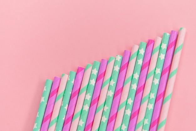 Bunte papiercoctailgefäße auf dem rosa hintergrund. umweltfreundlich. kein verlust