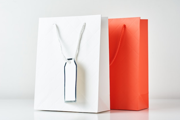 Bunte papiereinkaufstasche auf einem weiß
