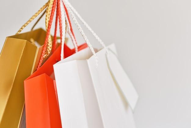 Bunte papiereinkaufstasche auf einem weißen hintergrund. nahansicht