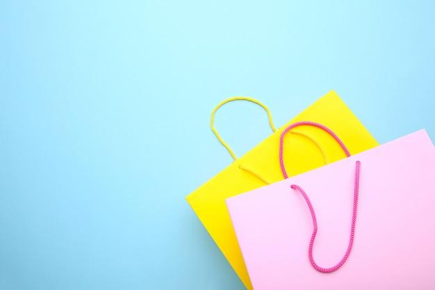 Bunte papiereinkaufstaschen auf blauem hintergrund