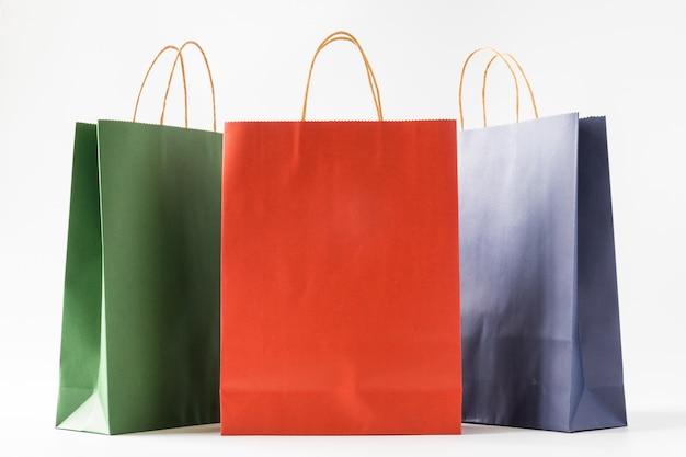 Bunte papiereinkaufstaschen auf weißem hintergrund