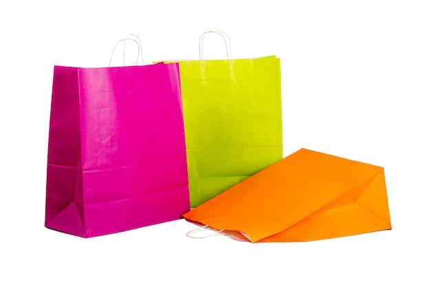 Bunte papiereinkaufstaschen lokalisiert auf weiß