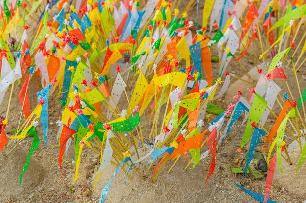Bunte papierflagge im tempelsandhaufen in der nördlichen kultur songkran-festivals in thailand.