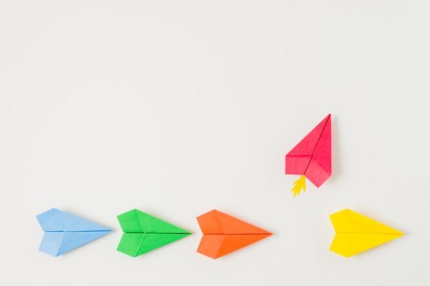 Bunte papierflugzeuge der draufsicht