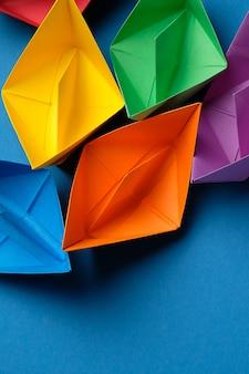 Bunte papierschiffe