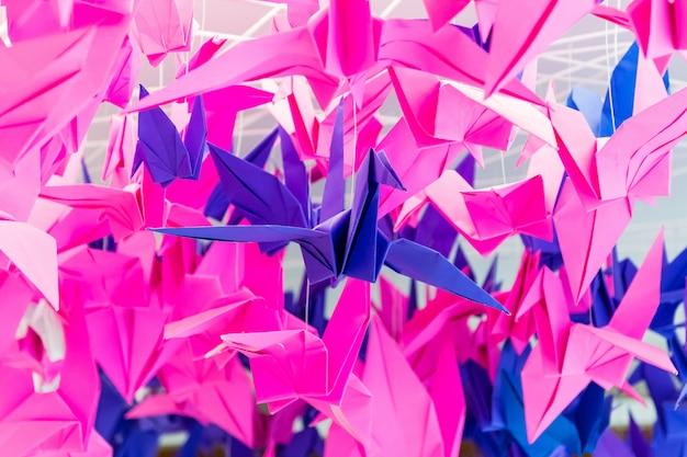 Bunte papiervögel, die zusammen hängen