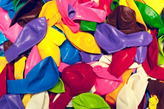 Bunte party steigt arrengement aufbauhintergrund im ballon auf