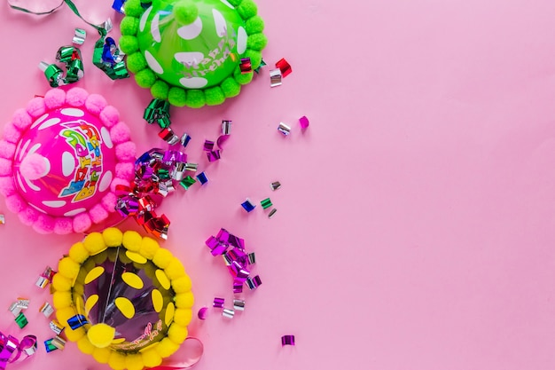 Bunte partyhüte auf rosa