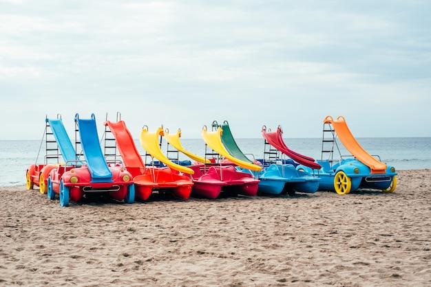 Bunte pedalos auf dem strandsand