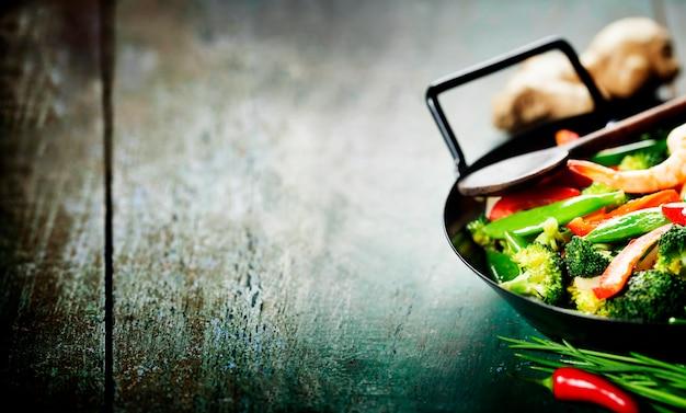 Bunte pfannengerichte im wok