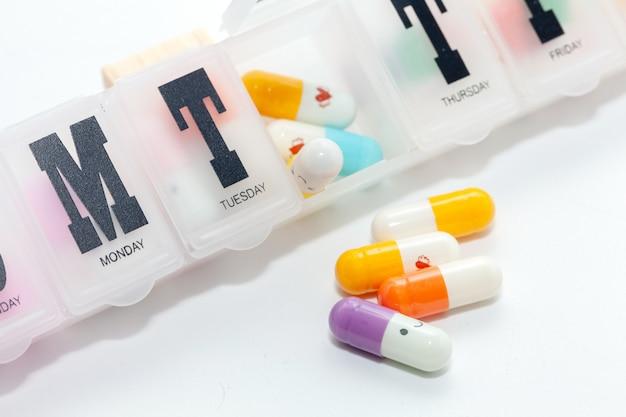 Bunte pille im kasten auf weißem hintergrund