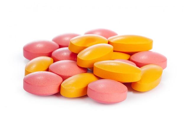 Bunte pillen getrennt auf weiß